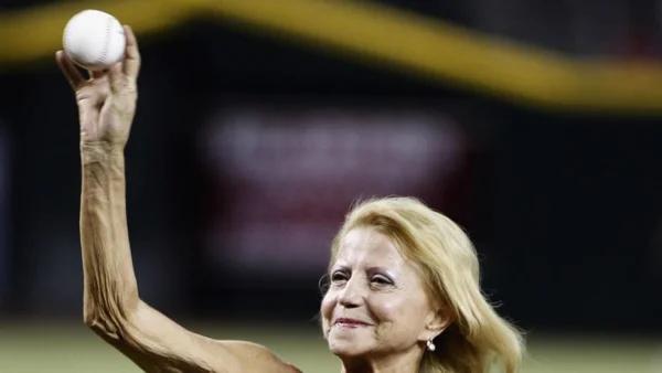 2013 г. Ольга Корбут производит символический бросок перед матчем MLB