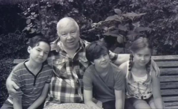 Андрей Мартынов с внуками