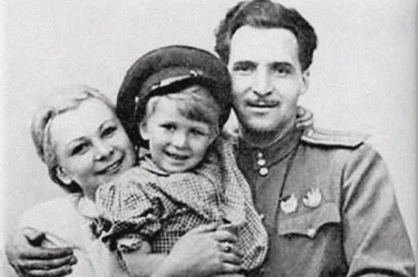 Валентина Серова с сыном и вторым мужем – Константином Симиновым