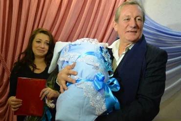 Сергей Челобанов с Евгенией Гранде и новорожденным сыном
