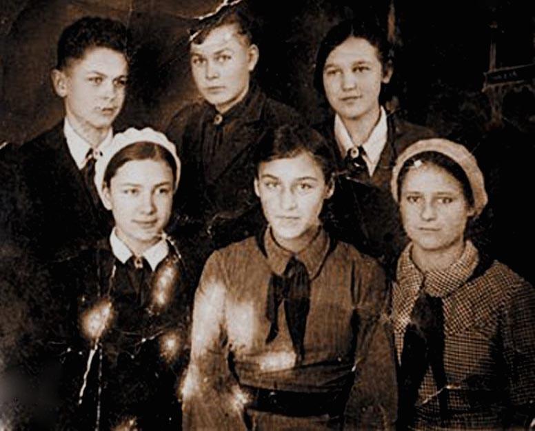 Ноябрина Мордюкова со своими братьями и сестрами
