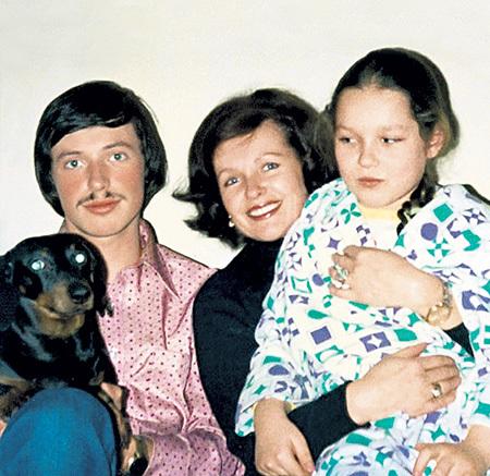 Наталья Фатеева с сыном Володей и дочерью Наташей