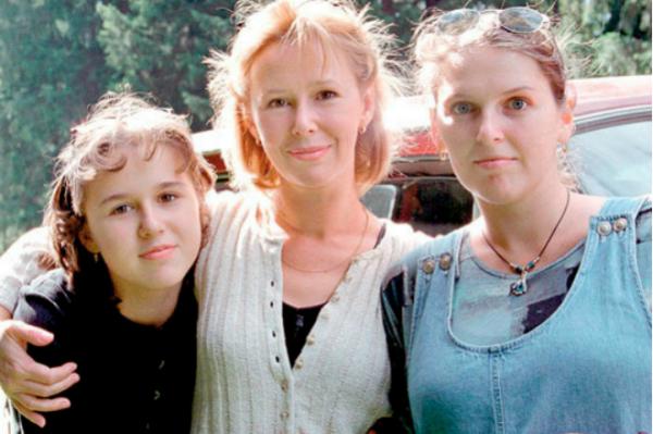 Евгения Симонова с дочерями Машей (слева) и Зоей