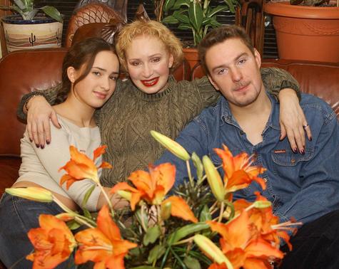 Татьяна Васильева с дочерью Елизаветой и сыном Филиппом