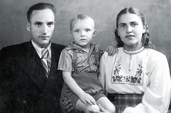 Саша Кайдановский в детстве с родителями