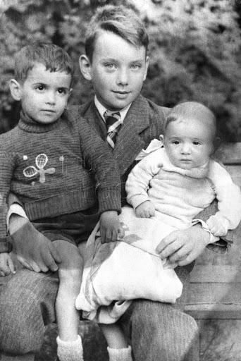 Алеша Баталов в детстве с братьями