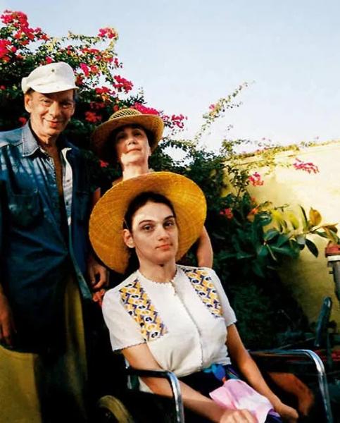 Алексей Баталов с семьей на даче
