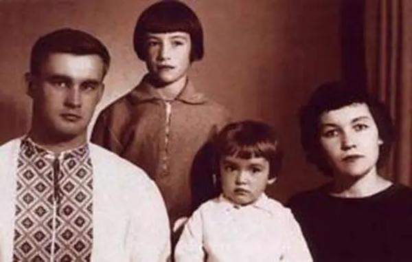 Семья Подгорных, в центре — Аня