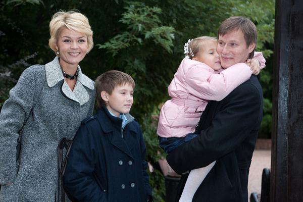 Юлия Меньшова и Игорь Гордин с сыном Андреем и дочерью Таисией