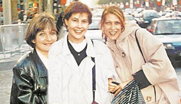 Татьяна Догилева (в центре) и Елена Майорова в Париже. Фото sobesednik.ru