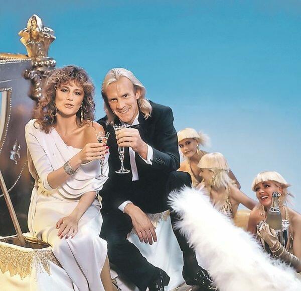 Жаклин Биссет и Александр Годунов. Снимок сделан для рекламы шампанского
