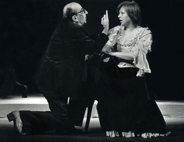 Светлана Крючкова и Георгий Товстоногов на репетиции спектакля «На всякого мудреца довольно простоты». 1985 г.