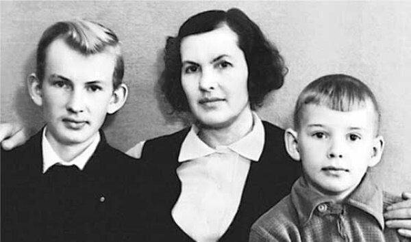 Саша Абдулов (справа) с мамой и братом Володей