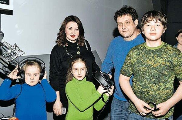 Михаил и Лариса Полицеймако с детьми
