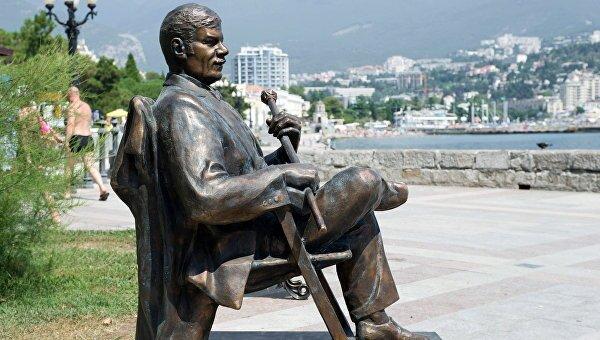 Памятник Михаилу Пуговкину в Ялте, открытый в 2016 г.